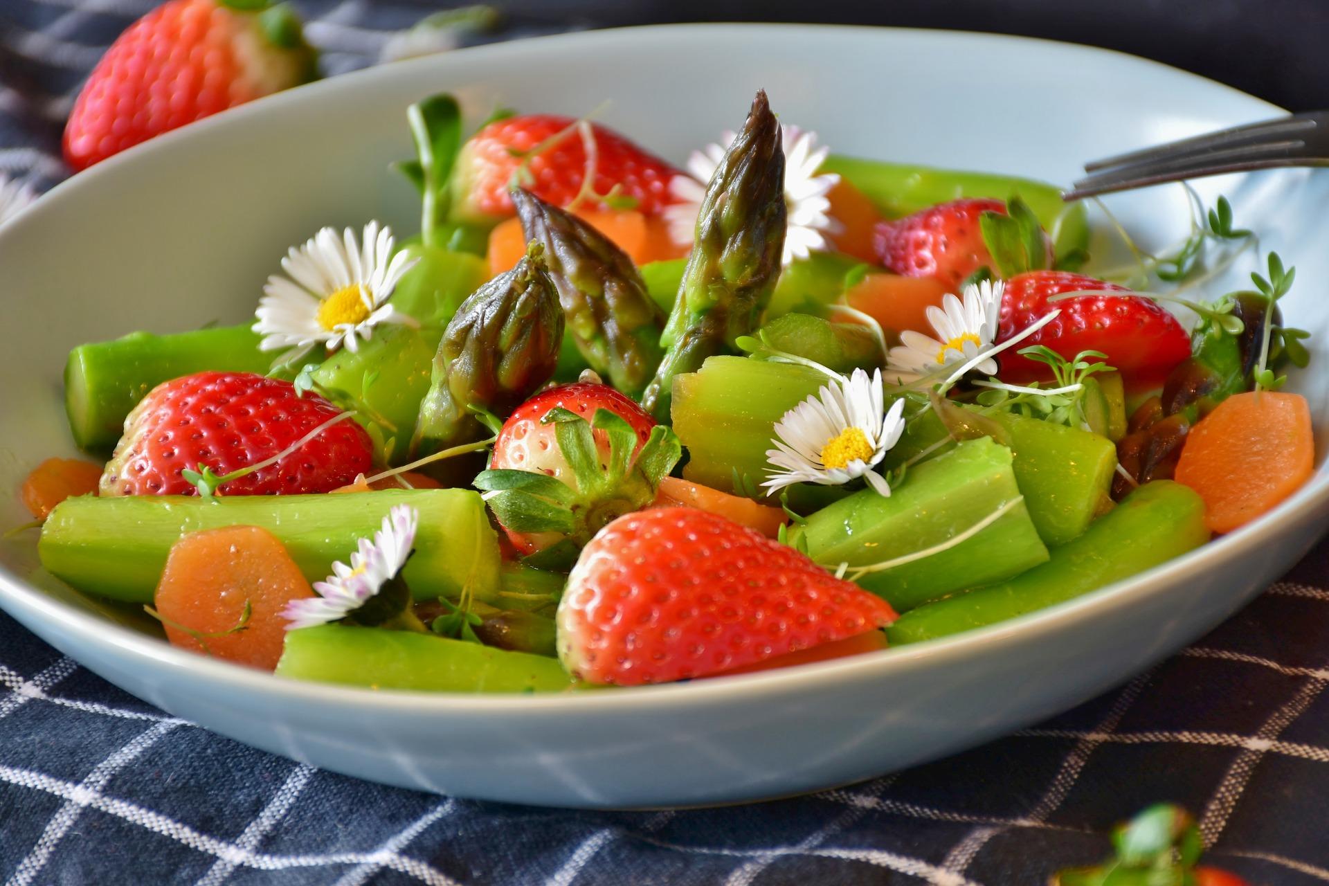 eesti-veini-ja-toidu-sobitamine-mamm&frukt-pärnu-veinimaja-rosé-vein-sparglisalat-maasika-vinegrettkastmes